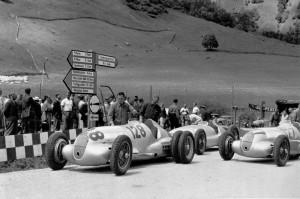 Hermann Lang mit dem Mercedes-Benz 3-Liter-Formel-Rennwagen W 154 vermutlich beim Training zum Großen Bergpreis von Deutschland auf der Großglocknerstraße (2 Läufe), 06.08.1939. Der Rennwagen von Hermann Lang (Startnummer 128) war zur Traktionsverbesse